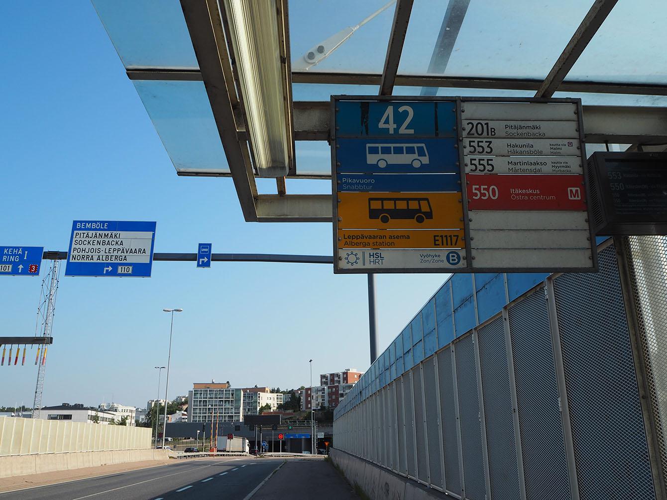 Bussipysäkki ja opasteita.